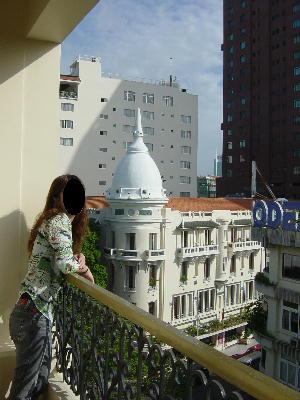 ホテルのベランダから専属モデルモコ.JPG
